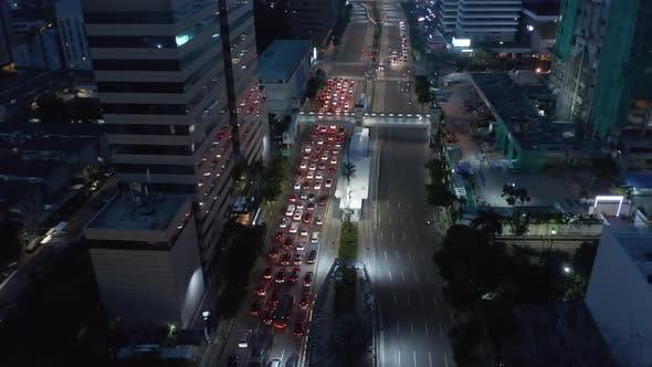 Thumbnail for Kippbare Luftaufnahme des gestoppten Verkehrs auf einer mehrspurigen Autobahn bei rotem Licht in Jakarta