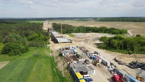 Es gibt Frachtarbeiten auf dem Bau der Autobahn