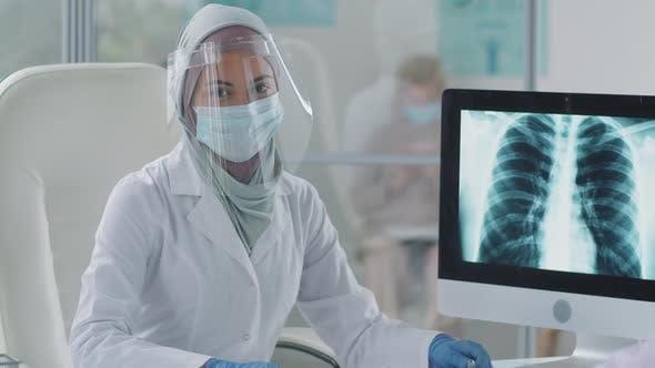 Porträt einer Ärztin in Hijab und Schutzuniform