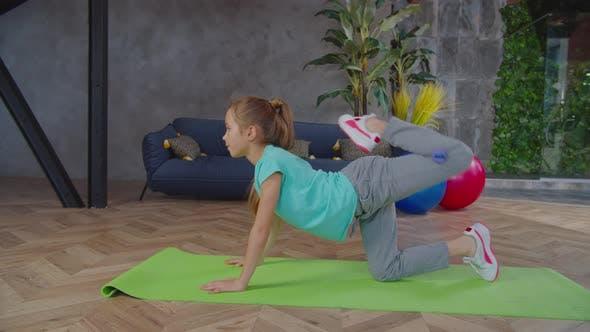 Sportlich Fit Vorpubertäter Mädchen Performing Donkey Kick Übung
