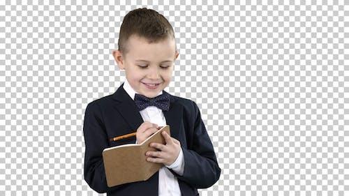 Junge in einem formalen Kleidung Schreiben in Scheck, Alpha Kanal
