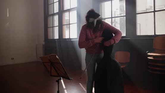Junge Cellistin bereitet Kurs auf Musikstudien vor
