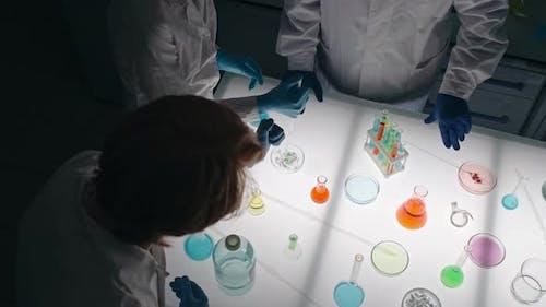 Chemisches Experiment durchführen