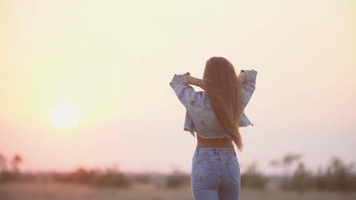 Mädchen mit langen Haaren und Jeans