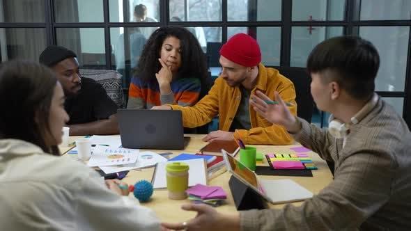 Gruppe diverser Studenten, die an einem Projekt arbeiten