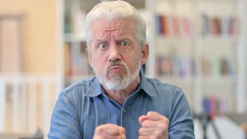 Wütender alter Mann