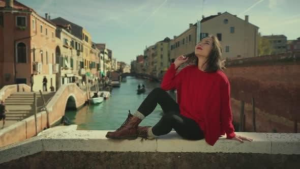 Thumbnail for Schöne asiatische Touristen sitzen vor dem Kanal von Venedig. Vintage-Farbkorrektur. Tourismus