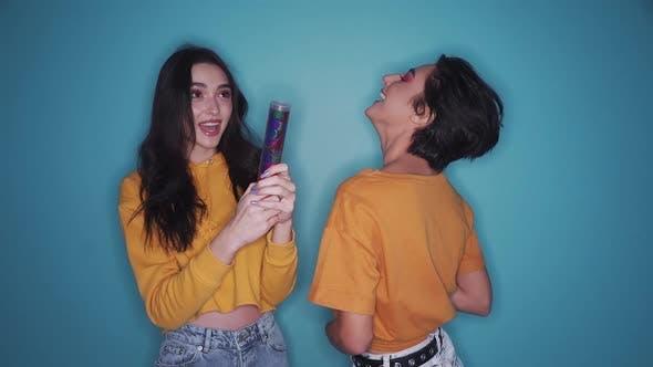 Gen z Mädchen feiern Party ziehen Cracker tanzen und trinken Champagner