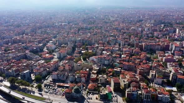 Luftaufnahme des städtischen Autobahnkreudes und der Stadtgebäude