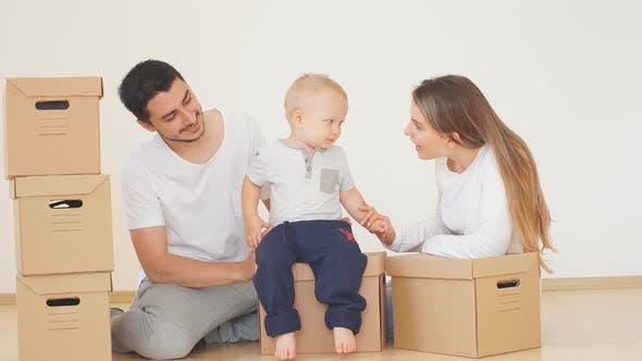 Thumbnail for Familie mit Jungen Auspacken Umzug Kartons bei New Home