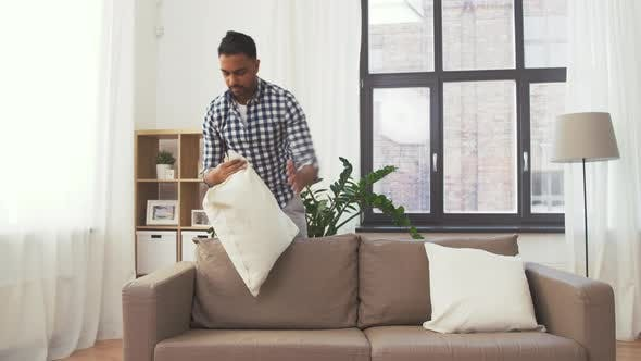 Thumbnail for Indischer Mann Arranging Sofa Kissen zu Hause 104