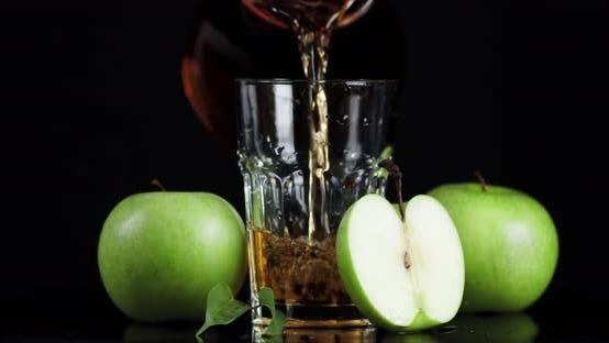 Gieße den frischen Saft der grünen Äpfel in ein Glas.