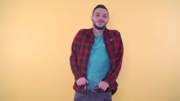 Legerer junger Mann im Hemd Happy Dancing
