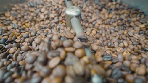 Nahaufnahme von gerührten und gerösteten Kaffeebohnen
