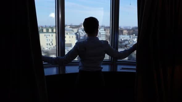 Weibliche Silhouette nach Fenster des Business Centers