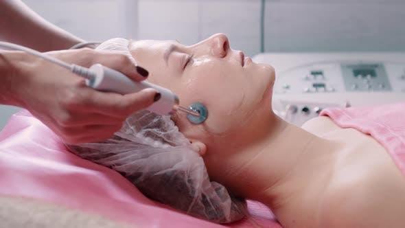 Kosmetikerin, die Mikrostromtherapie herstellt