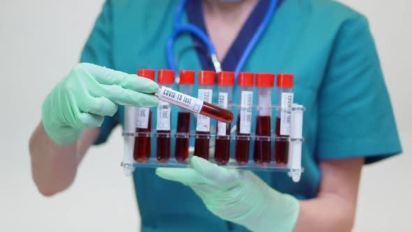 Thumbnail for Medizinische Krankenschwester Frau mit Schutzmaske und Latex-Handschuhe — hält Blutreagenzröhrchen Rack