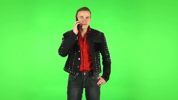 Thumbnail for Der Typ spricht per Telefon. Grüner Bildschirm