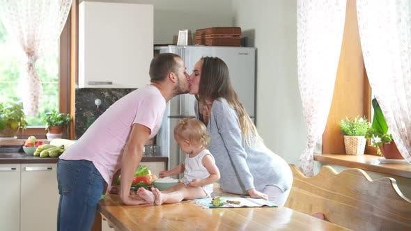 Thumbnail for Junge Familie küssen in der Küche