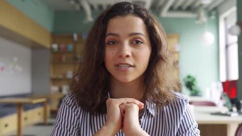 Joyeuse jeune femme latine professeur en ligne ou étudiant parlant à la caméra