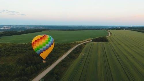 montgolfière dans le ciel au-dessus d'un champ