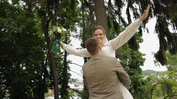 Thumbnail for Jungvermählten. Kaukasischer Bräutigam mit Braut tanzen im Park. Hochzeitspaar. Mann und Frau in der Liebe