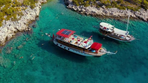 Luftaufnahme mit Touristenbooten im Mittelmeer