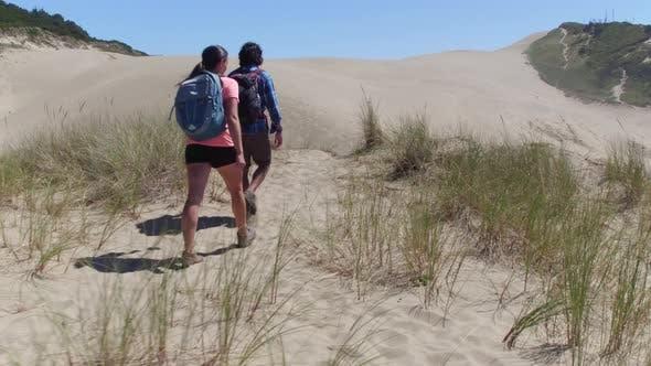 Thumbnail for Paar Wandern auf Sanddünen