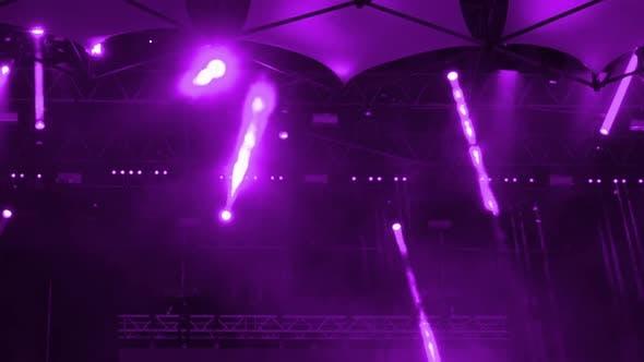 Spotlights auf der Bühne während des Konzerts