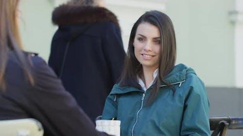 Frau im Gespräch mit einem Freund
