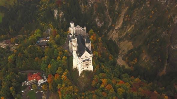 Thumbnail for AERIAL: 360-Grad-Ansicht auf Schloss Neuschwanstein im Wald, Berge, Sommer, neblig, bunt