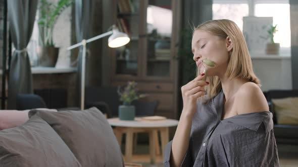 Frau genießt Gesichtsmassage Zu Hause