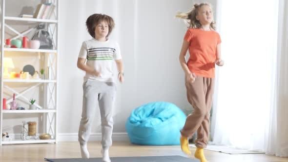 Fit Kaukasischer Junge und Mädchen, die zu Hause an Ort und Stelle laufen