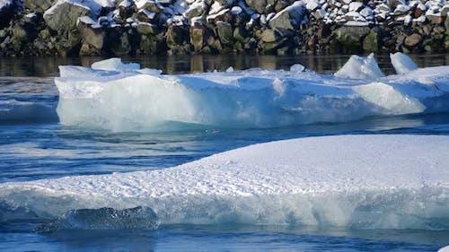Icebergs au lac Ice. Paysage naturel d'hiver de glace et de neige. Lagune de glace