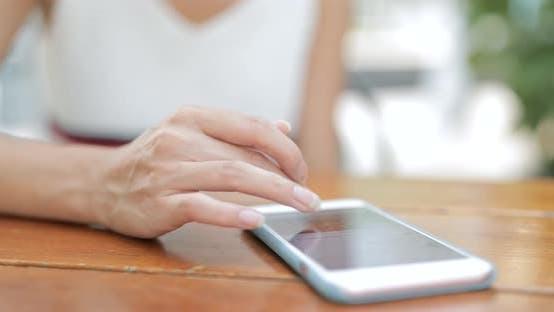 Thumbnail for Verwenden von Smartphone on Table
