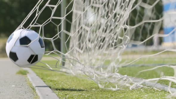 Der Fußball fliegt in ein Tor