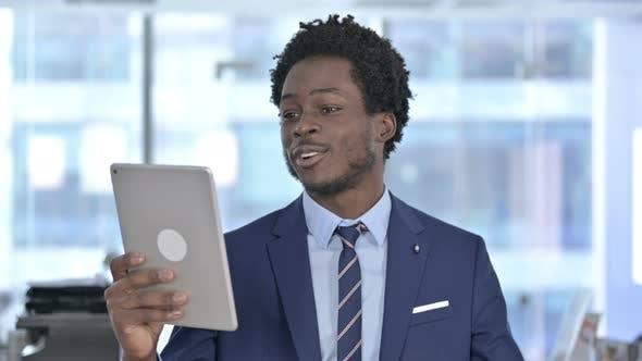 Thumbnail for Afroamerikaner Geschäftsmann macht Video Chat auf Tablet