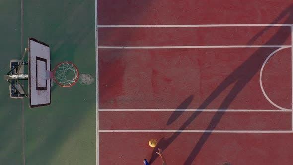 Thumbnail for Luftbild. Mann Basketball spielen auf dem Platz