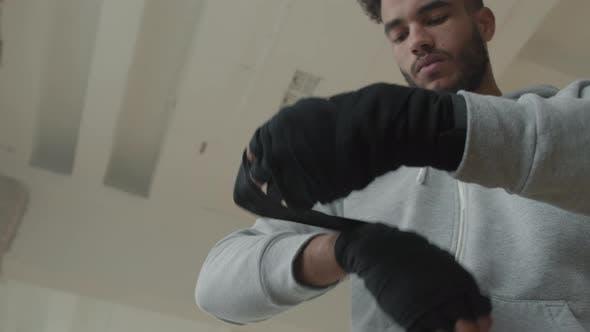 Afro Sportler Wrapping Hände vor dem Kickboxen