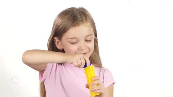 Thumbnail for Kind lässt die Seifenblasen. Weißer Hintergrund