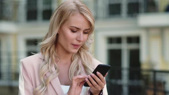 Portrait Geschäftsfrau Erhalten gute Nachrichten. Frau Lesen gute Nachrichten Outdoor