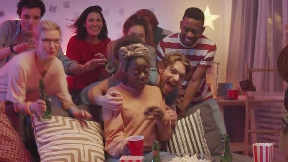 Thumbnail for Gruppe von fröhlichen multiethnischen Freunden posiert zusammen für die Kamera zu Hause Party