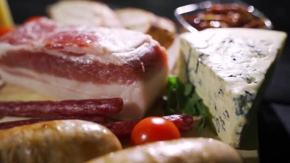 Auswahl der Vorspeise mit Käse und Fleisch