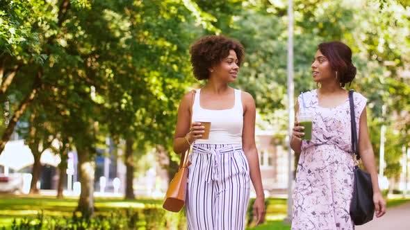 Thumbnail for Glückliche Frauen oder Freunde zu Fuß entlang Sommer Park 55