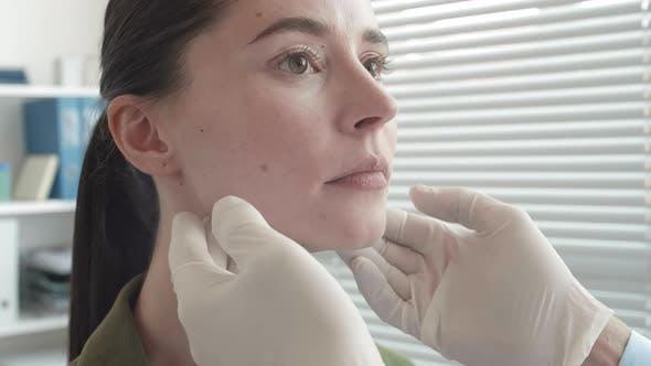 Thumbnail for Junge Frau mit einem Termin mit Arzt