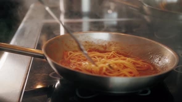 Chefkoch kocht Bologneser Frische Pasta mit Tomate Sause Mann macht traditionelles italienisches Abendessen am
