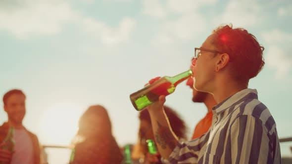 Multirassische Menschen klirren Flaschen im Freien