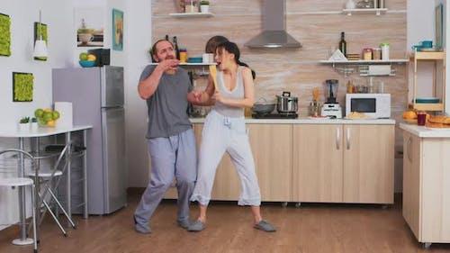 Joyeux couple dansant