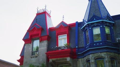 Häuser mit hell bemalten Türmchen