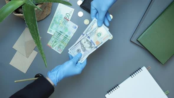 Geschäftsmann gibt Bargeld an Partner